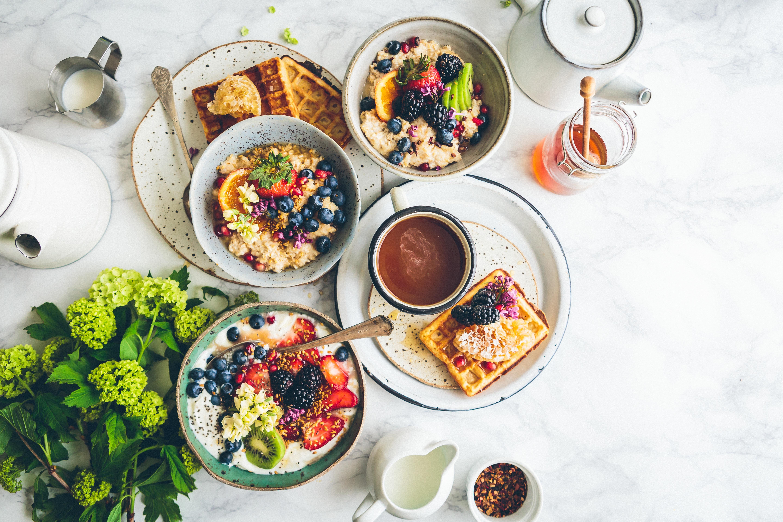 Foto de alimentos saudáveis coloridos servidos em vasilhames de cerâmica