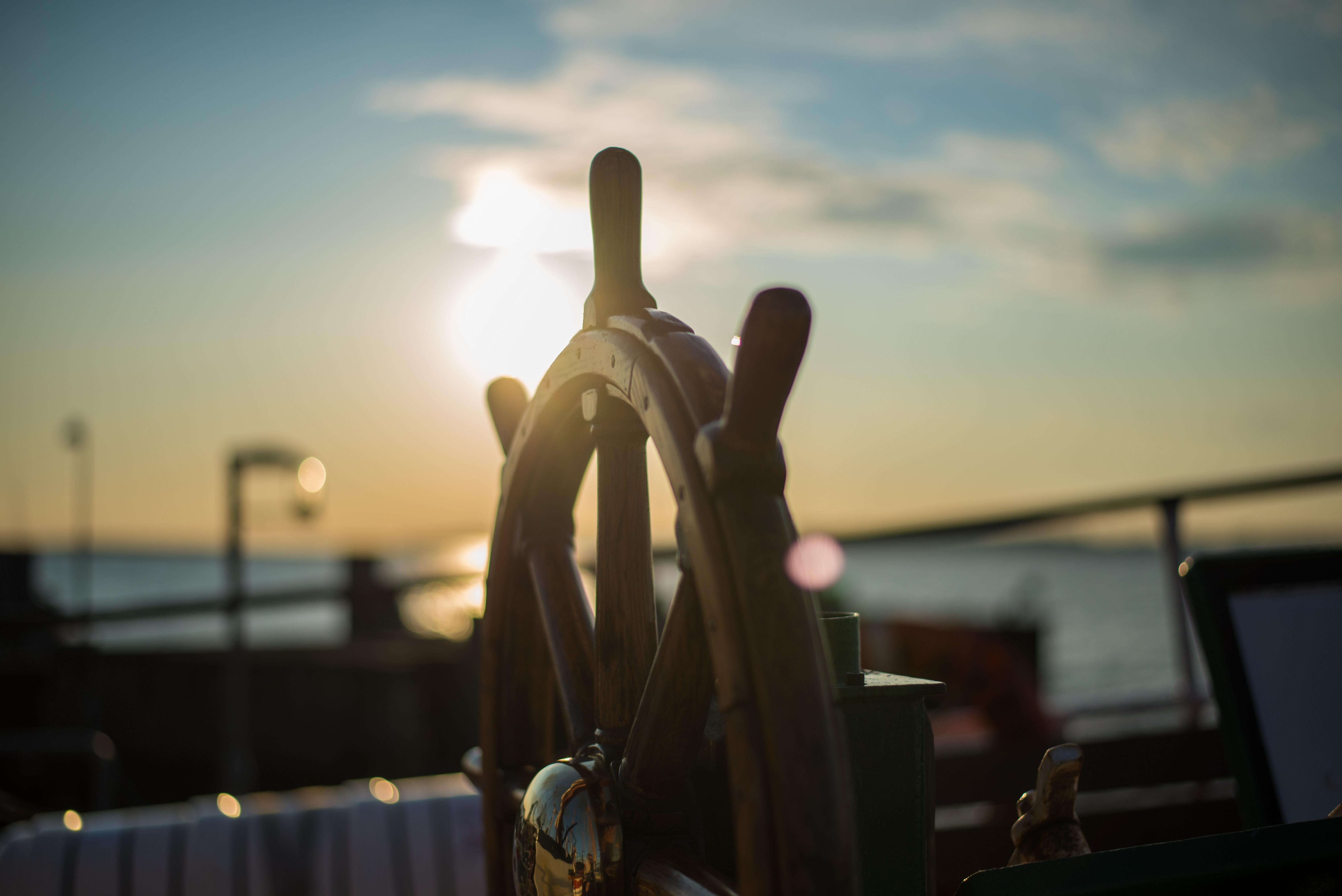 volante de um barco e por do sol